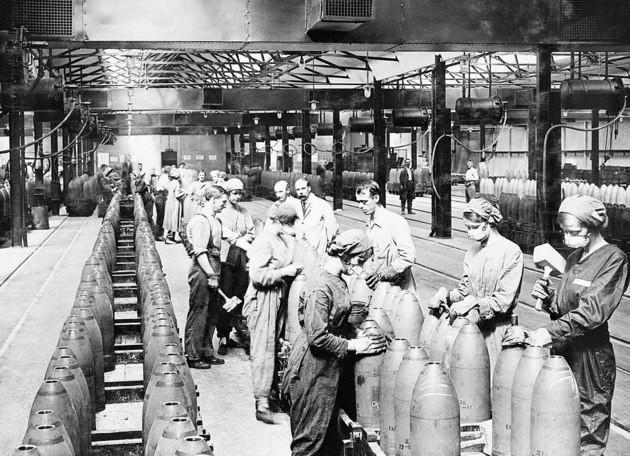 Mujeres fabricando armas