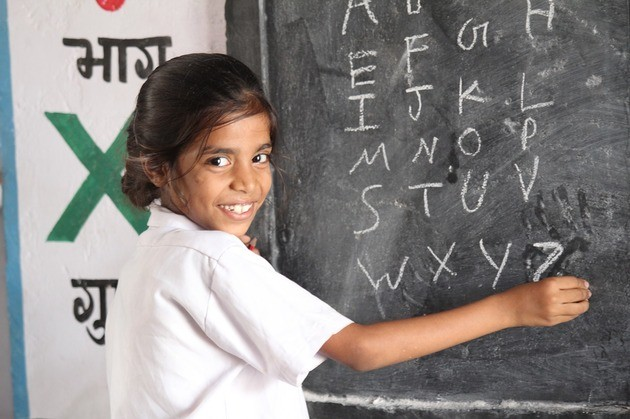 Educación, niña en la pizarra