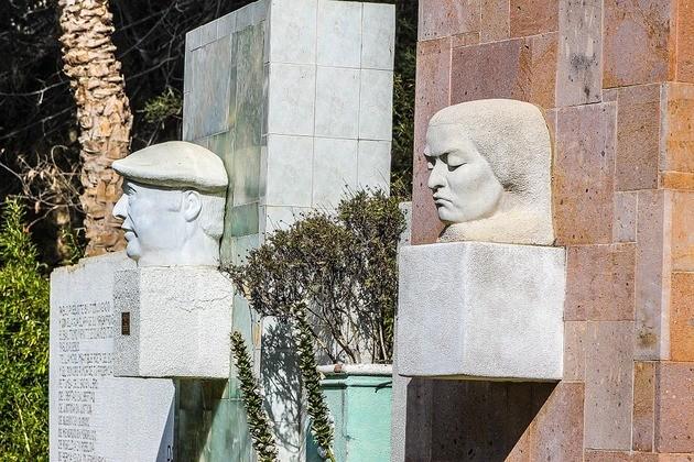 escultura de Neruda y Mistral
